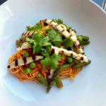 Opskrift: Pasta med tomatsauce, halloumi og sommergrønt