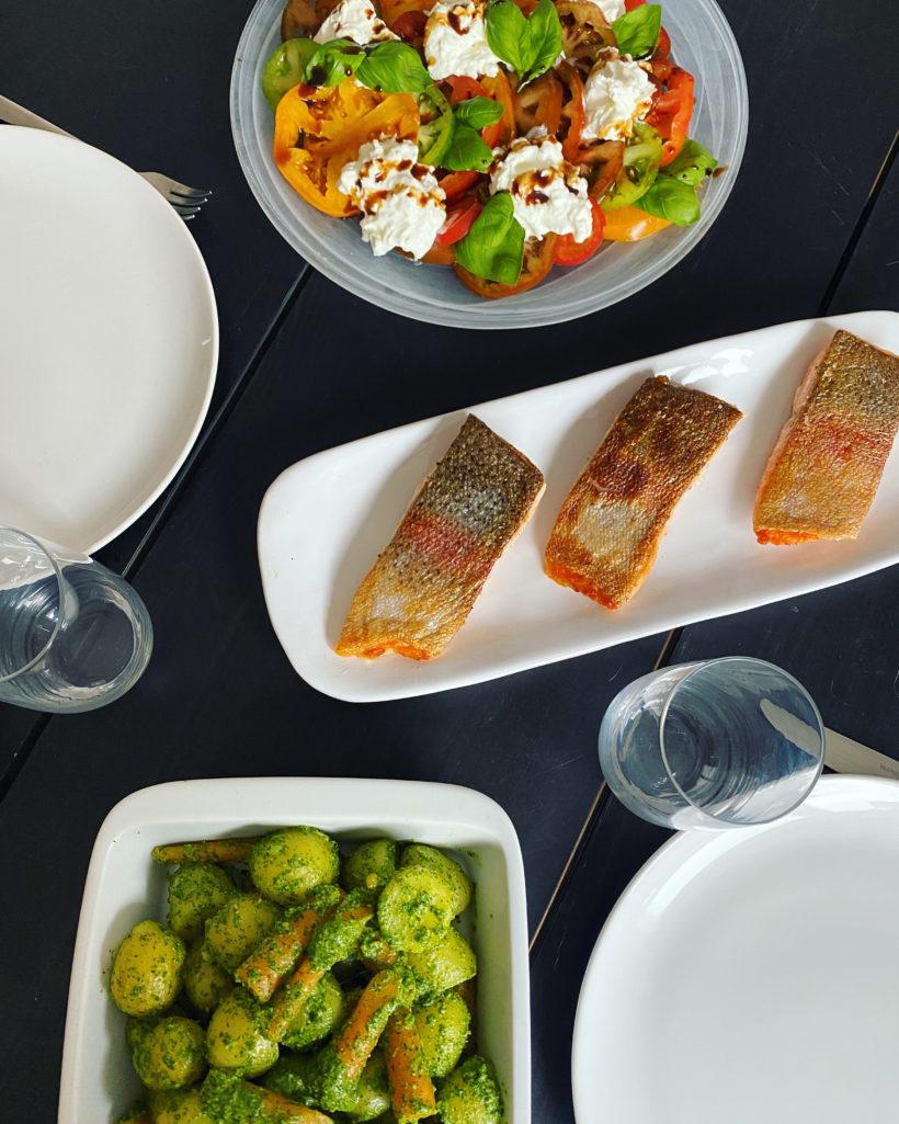 Sommertilbehør: Tomatsalat med burrata + nye kartofler og gulerødder med persillepesto